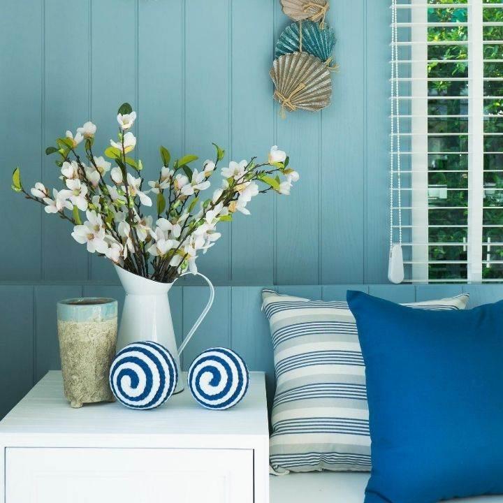 coastal living room - wall decor, vases, pillows