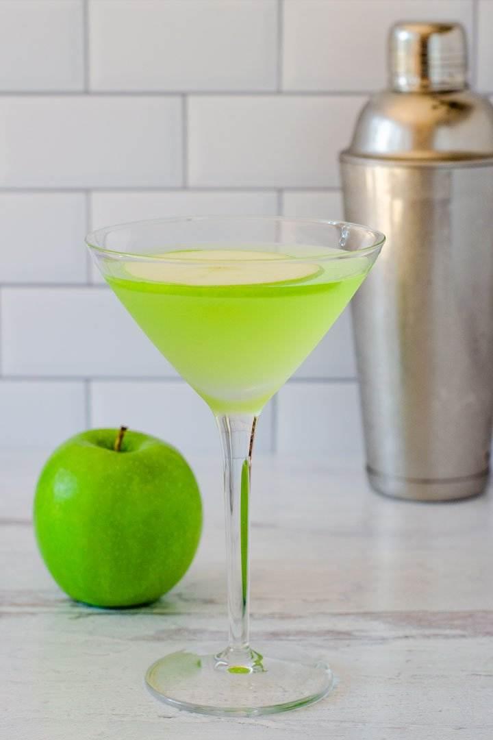 Green apple martini, apple, cocktail shaker